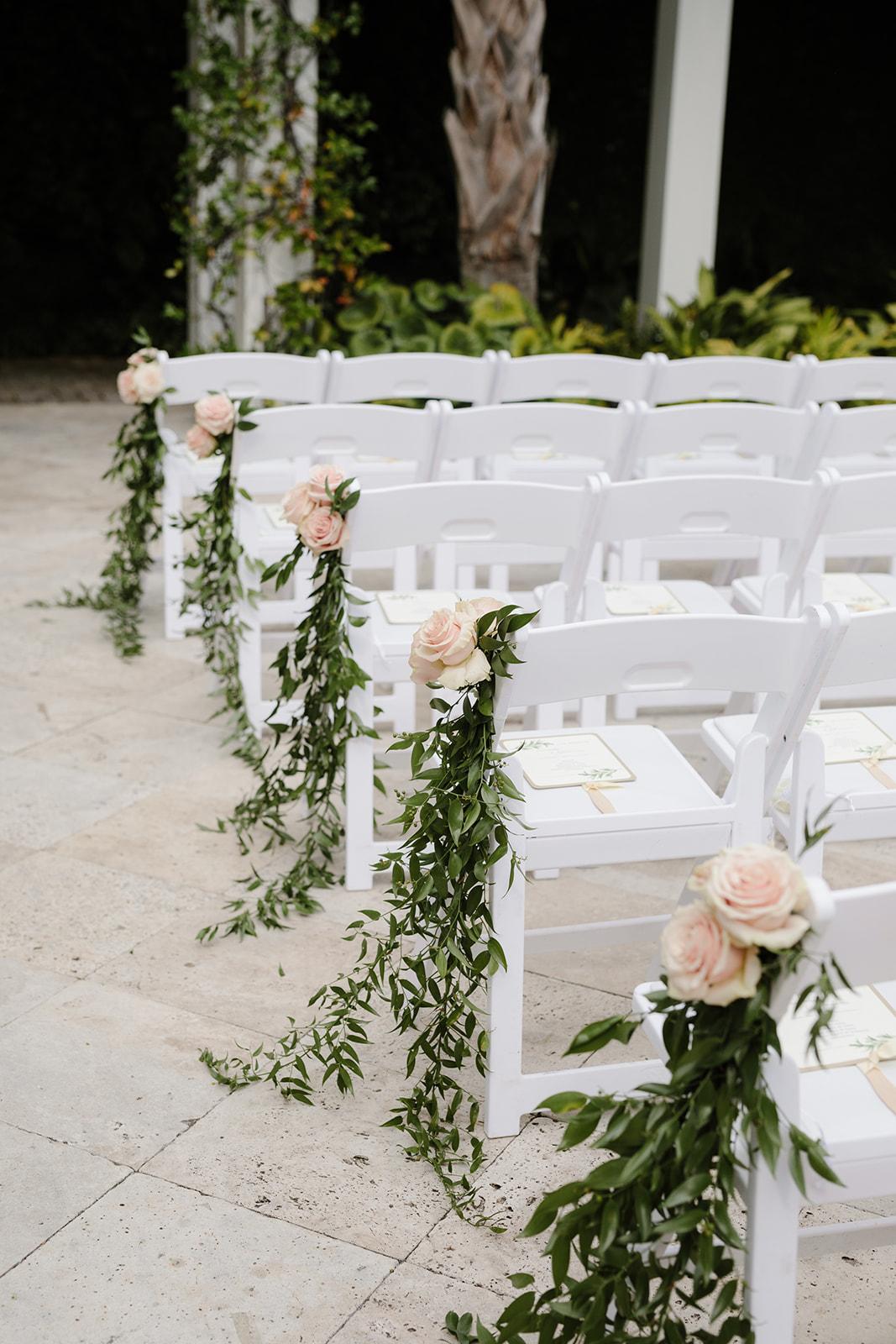 Stoelen bij de trouwceremonie