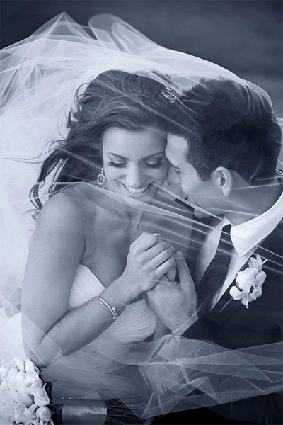 Bruidspaar onder sluier