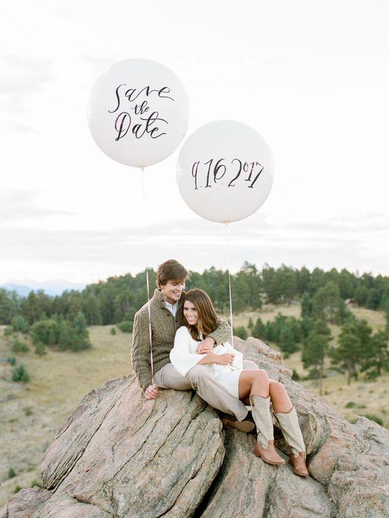 Verlovingsshoot met trouwdatum op ballonnen