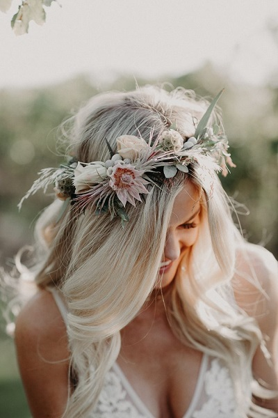 Bruid met bloemenkrans