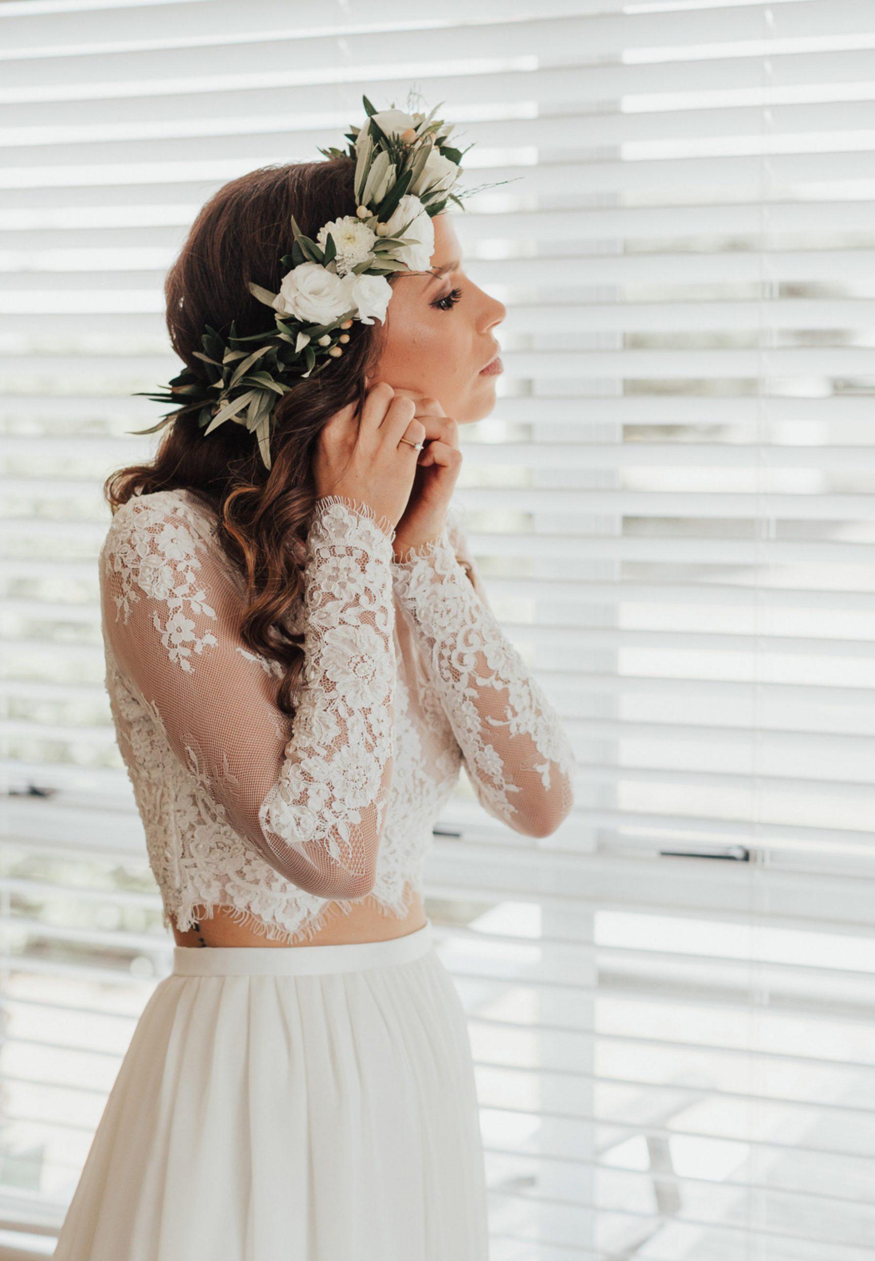 Bruid met een bloemenkrans
