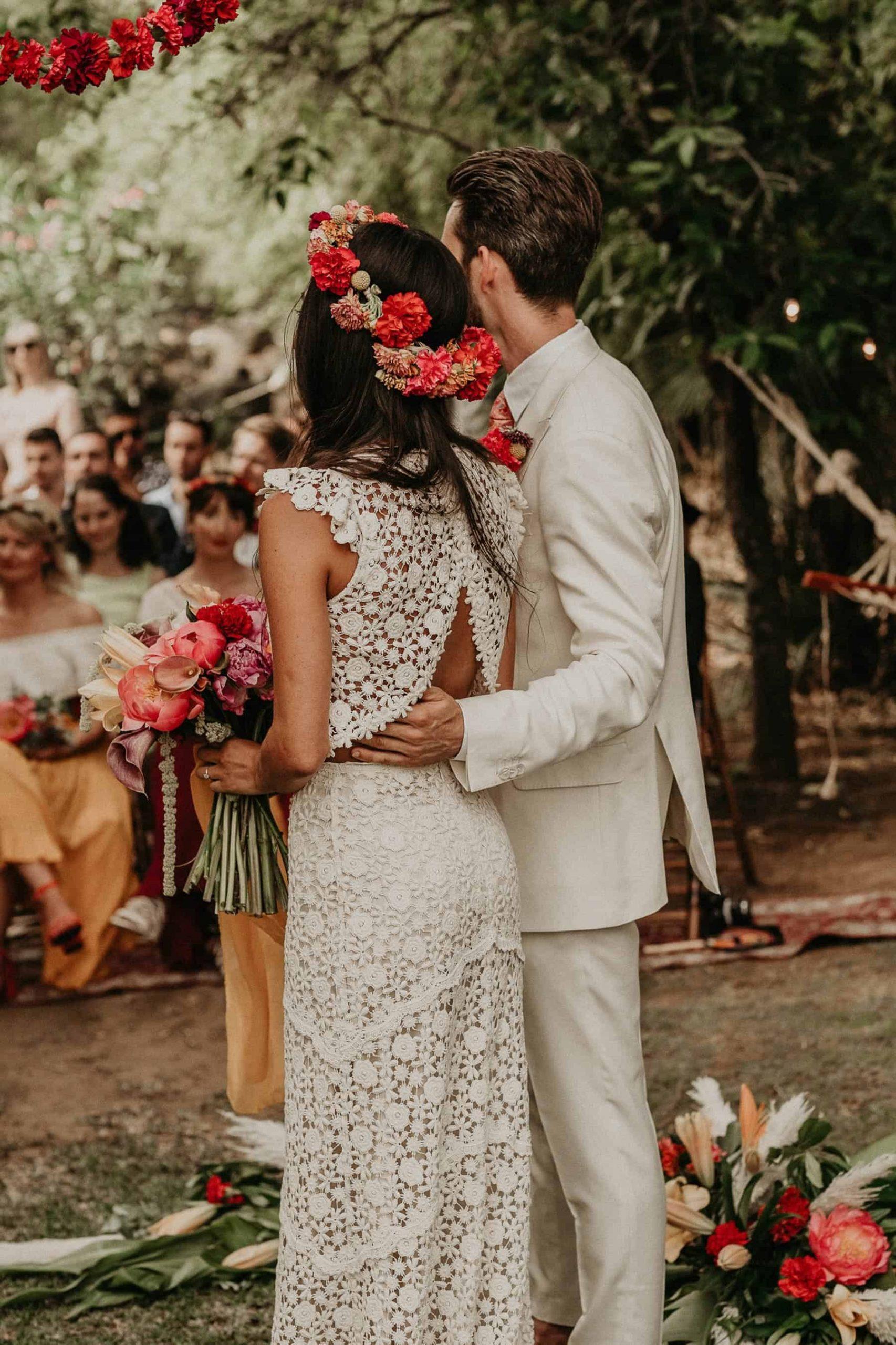 Bruid met een trouwjurk met losse rok en top