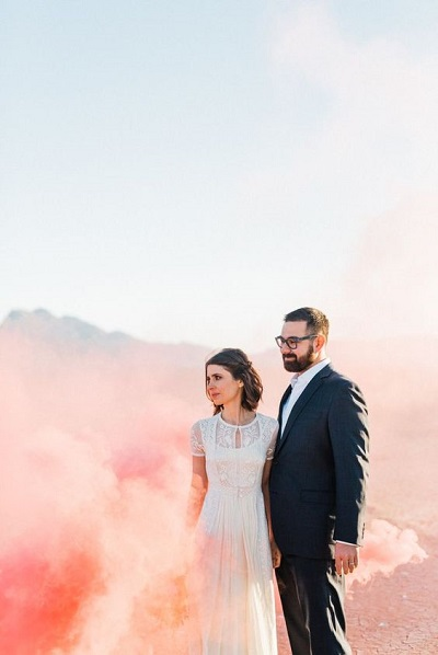 Bruidspaar bij gekleurde rookbom