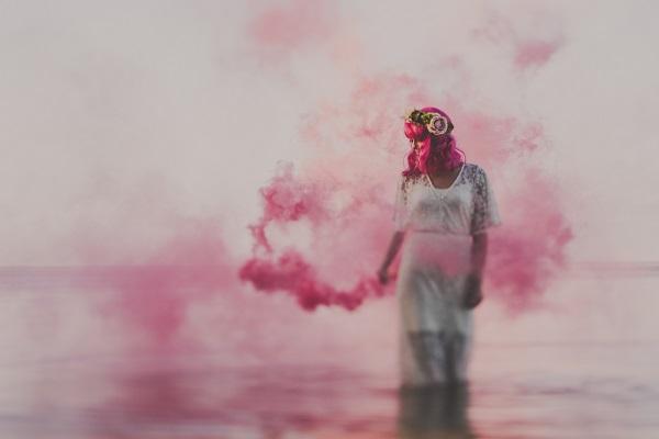 Bruid met gekleurde rookbom