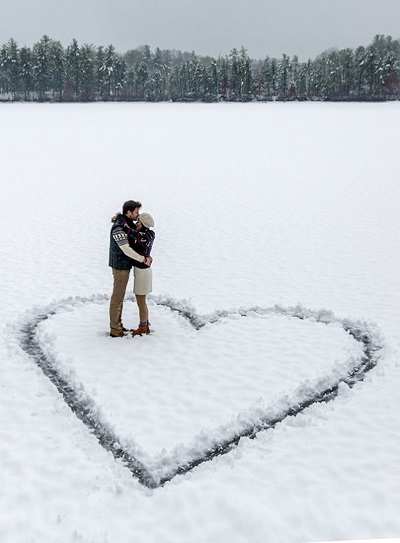 Verlovingsfoto in de sneeuw