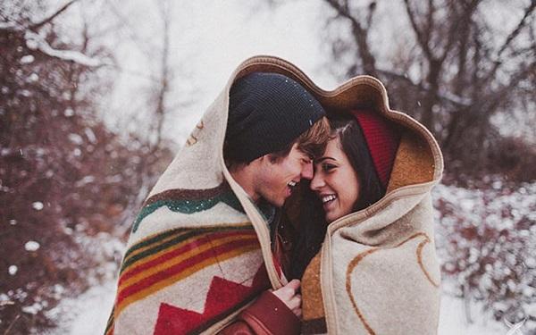 Verlovingsfoto onder een deken