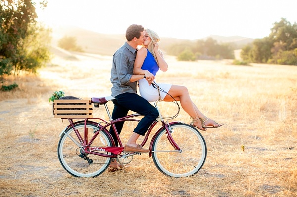 Verlovinsfoto op fiets