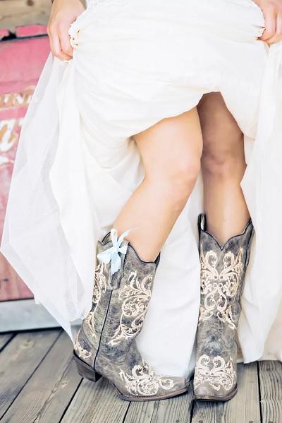 Bruid met cowboylaarzen en blauw strikje