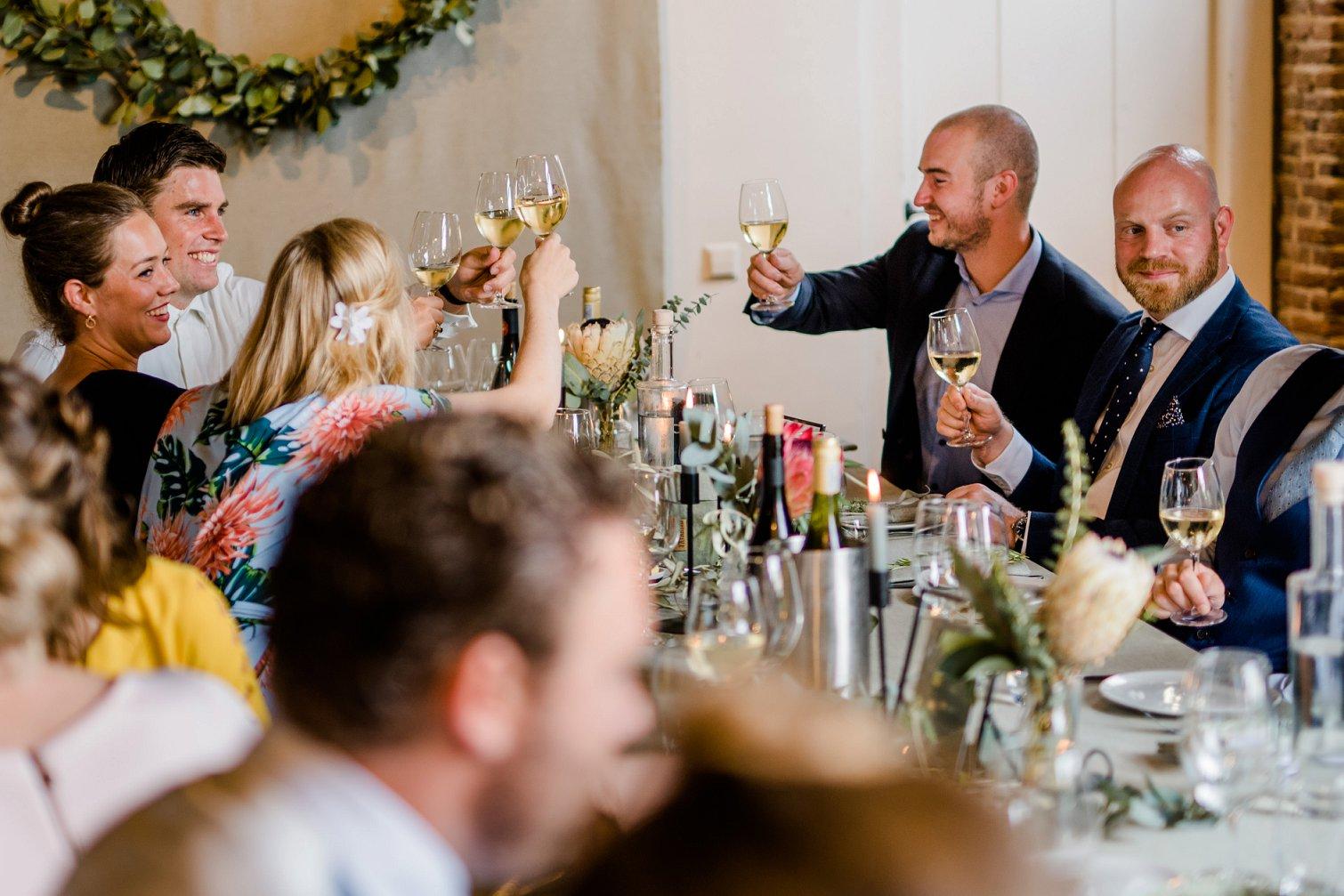 Gasten tijdens het huwelijksdiner