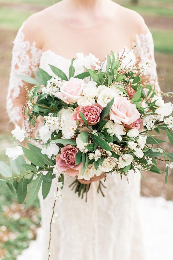 Bruid met roze bruidsboeket