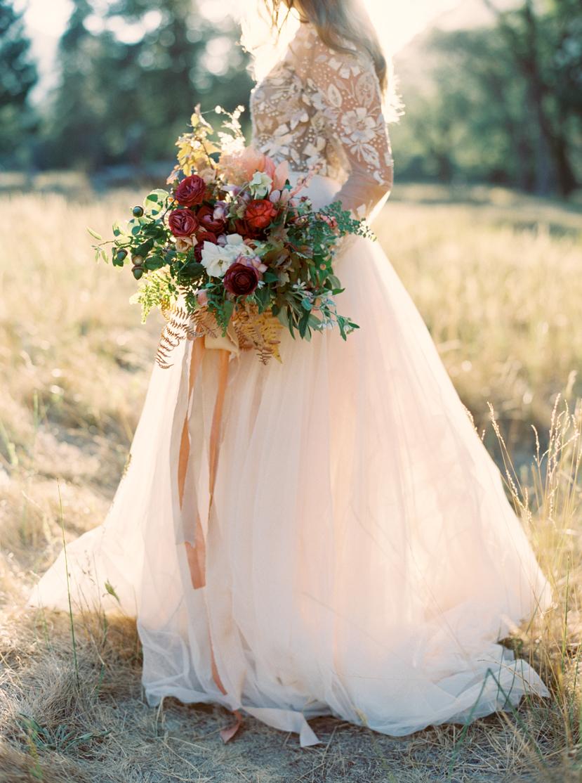 Bruid met roze trouwjurk