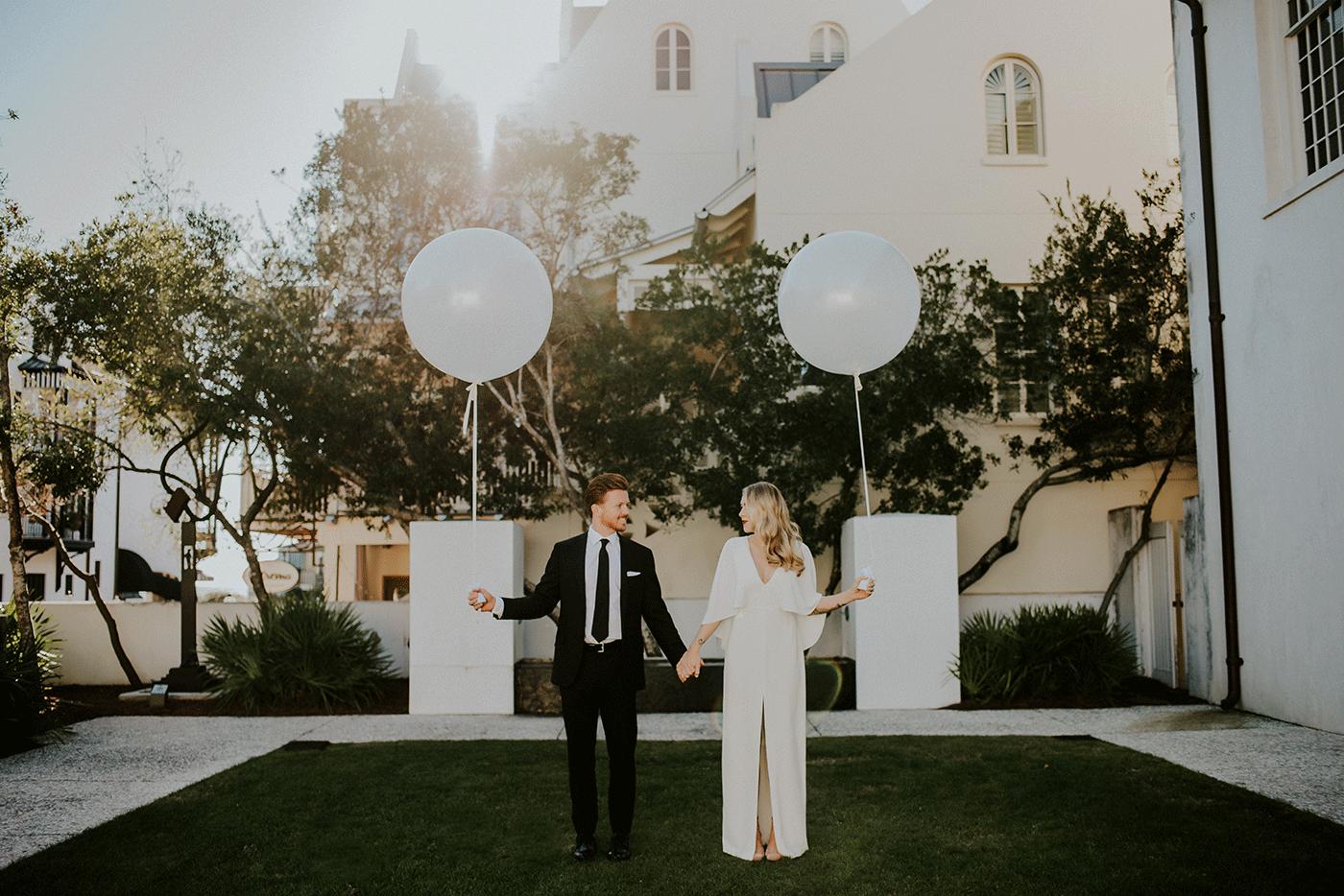Bruidspaar met twee grote ballonnen