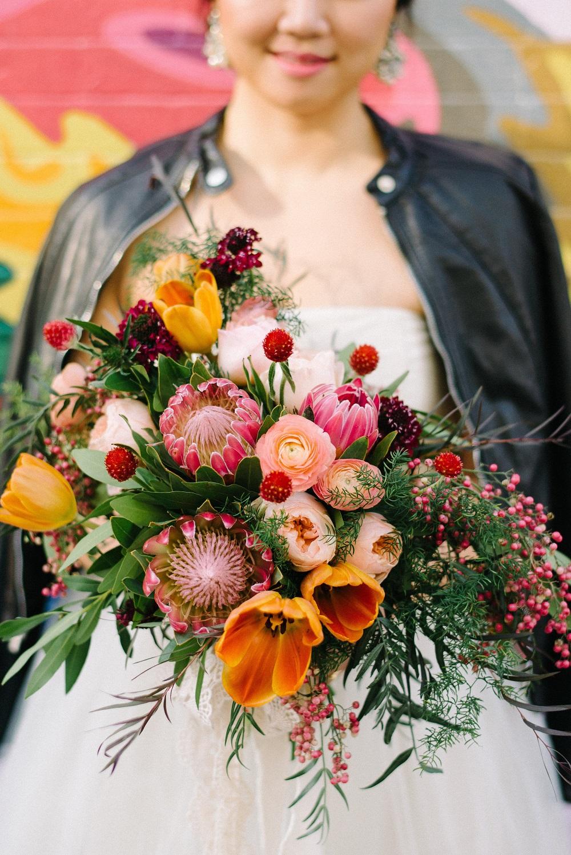 Boeket met felgekleurde bloemen