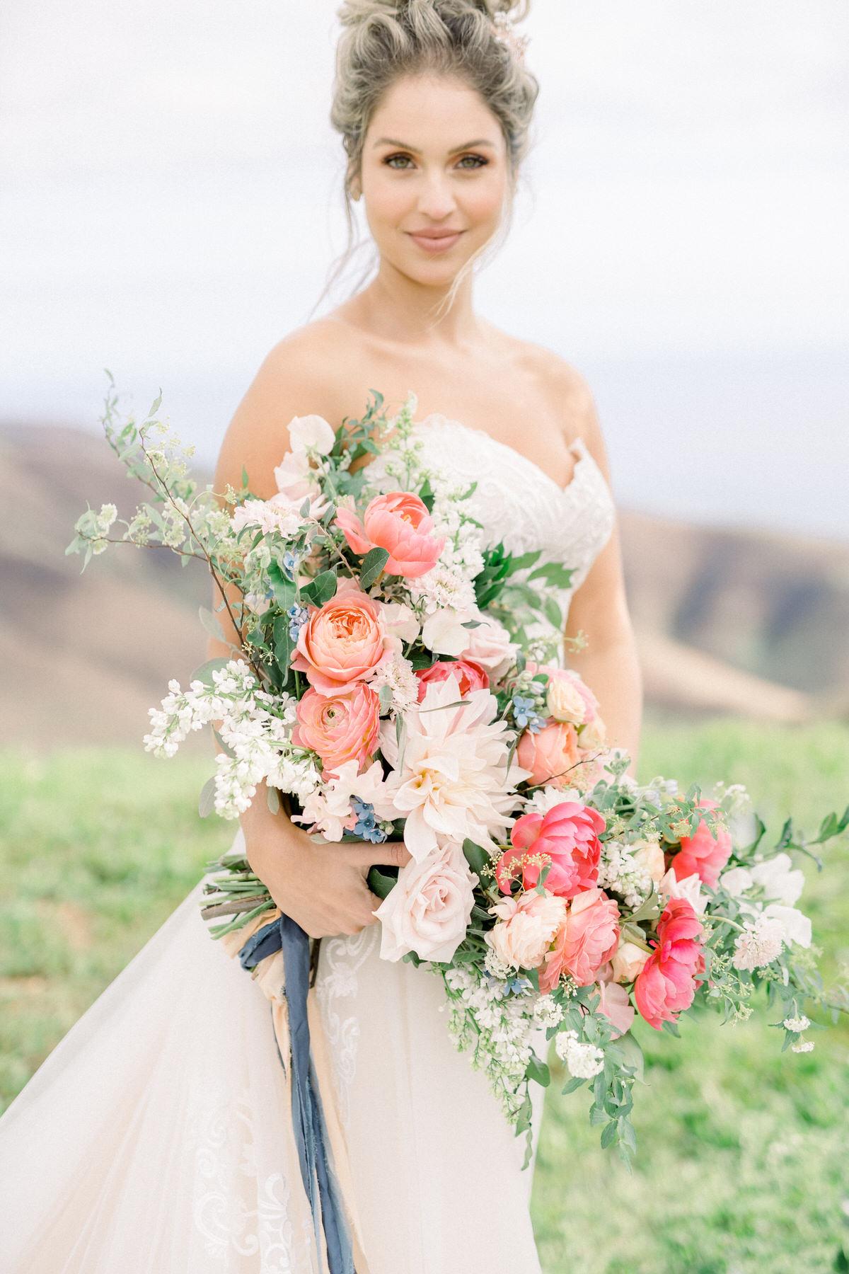 Bruid met hangend bruidsboeket