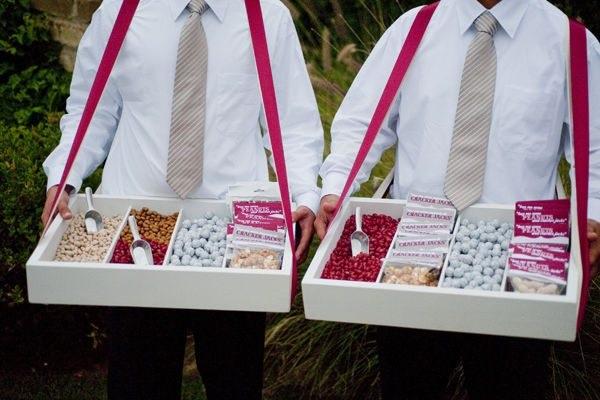Snoep uitdelen op bruiloft