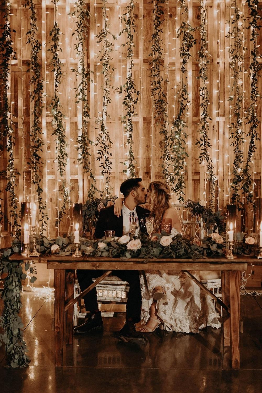 Bruidspaar voor backdrop met lichtjes