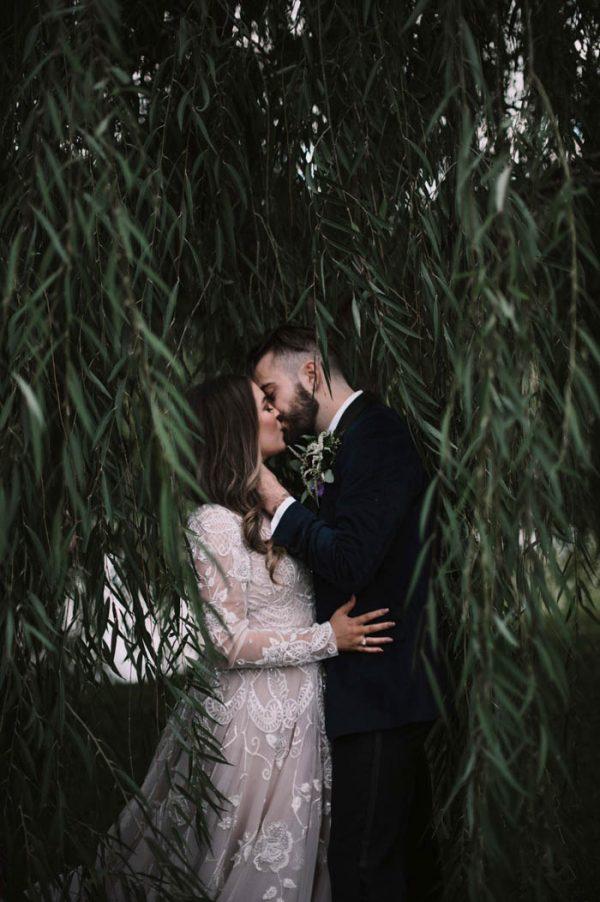 Bruidspaar kust onder de bomen