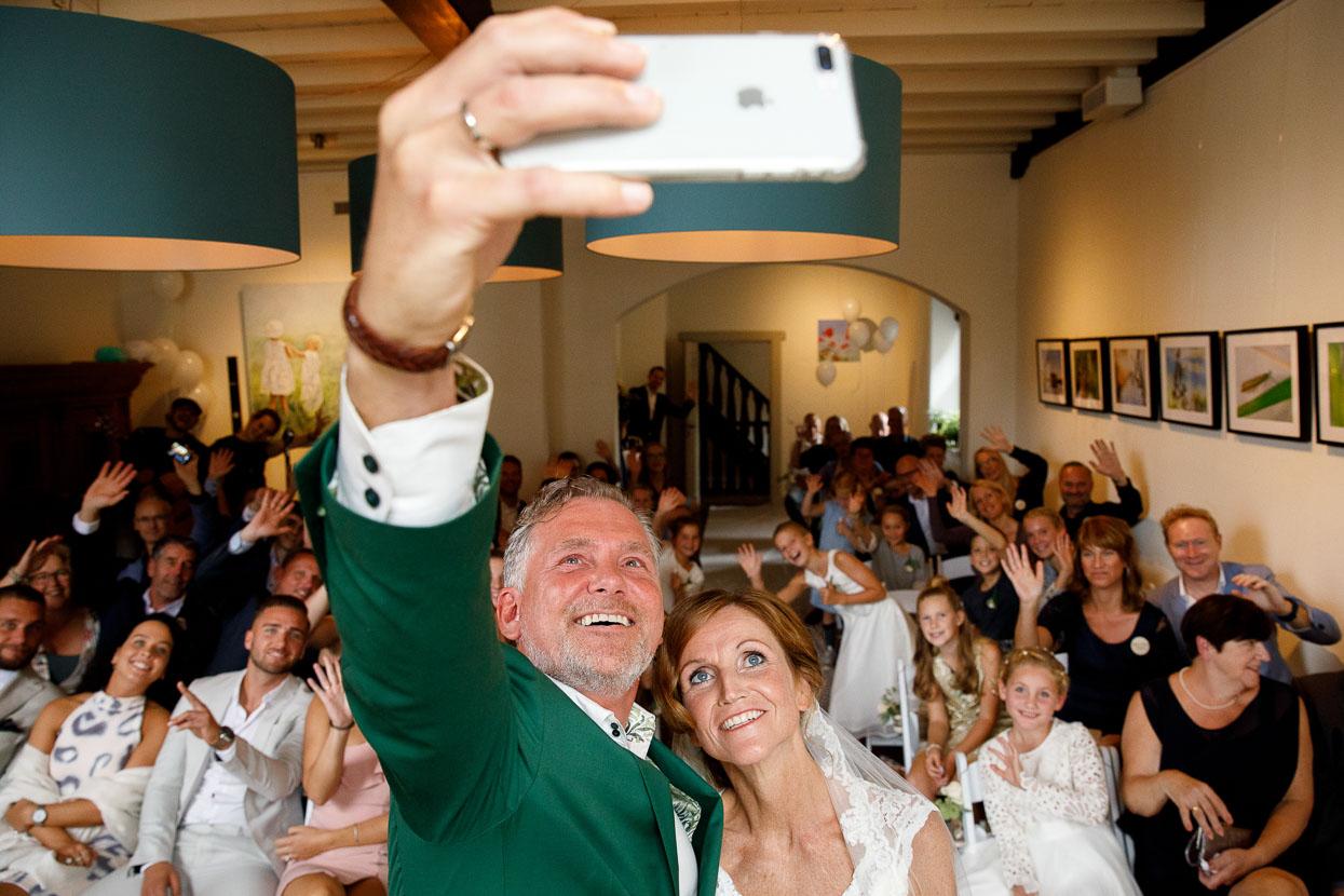 Bruid en bruidegom maken creatieve selfie