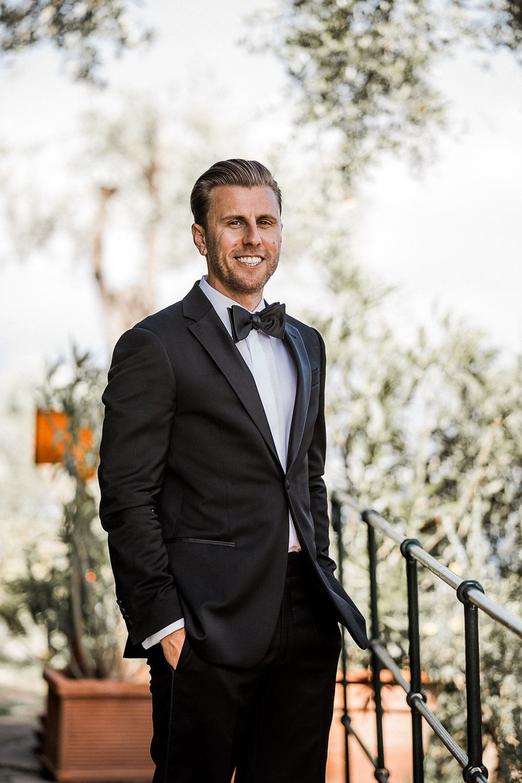 Black tie als dresscode voor een man op een bruiloft