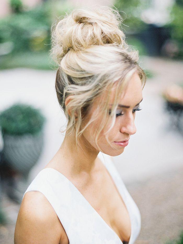 Bruid met nonchalant opgestoken haar