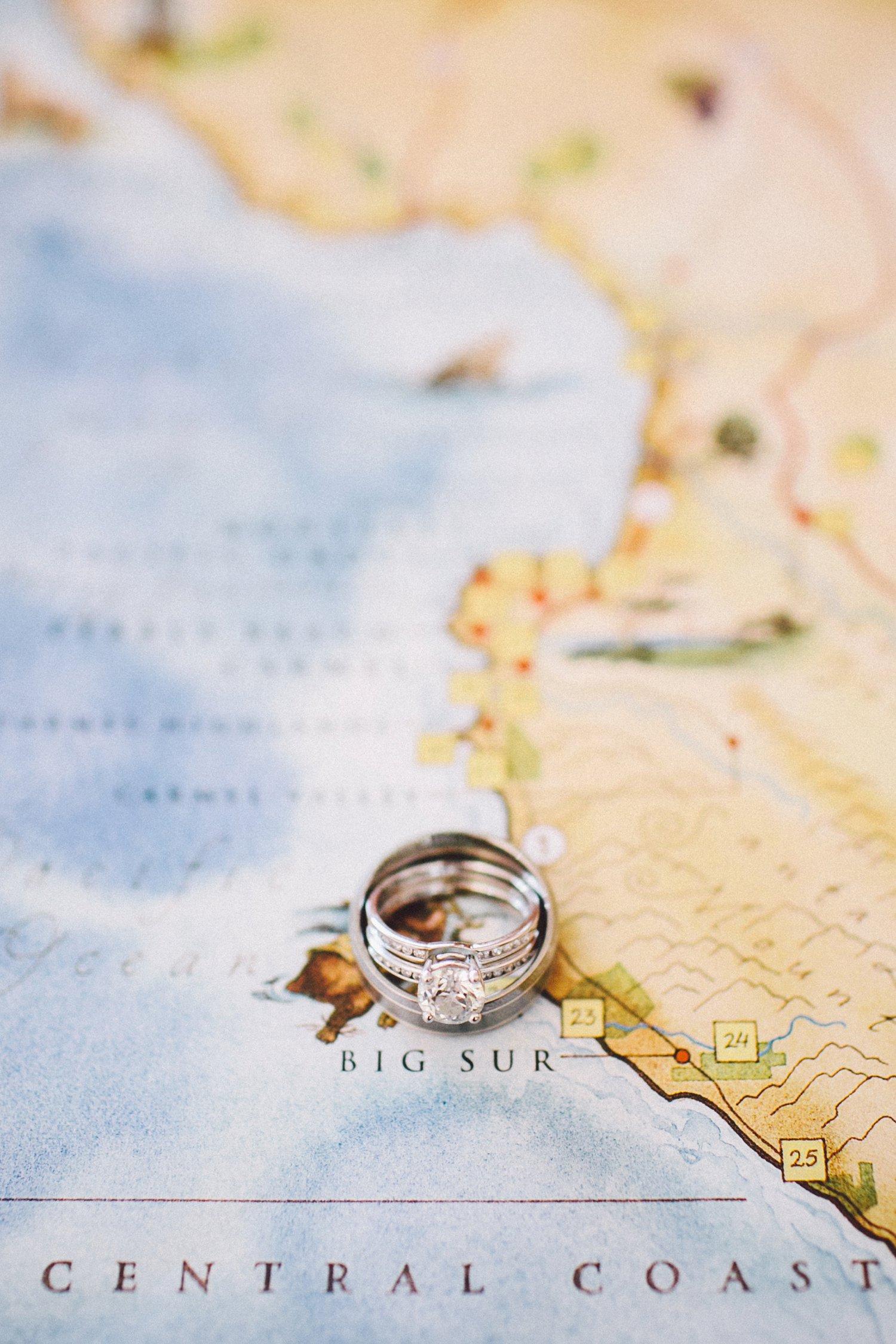 Foto van trouwringen op kaart