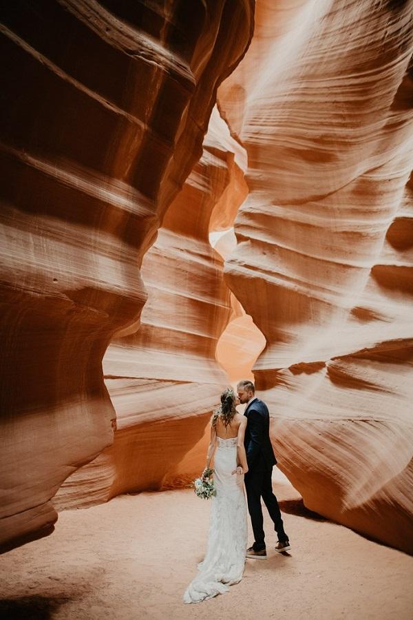 Bruidspaar tijdens elopement in Arizona