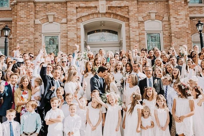 Bruiloft gasten met bruidspaar