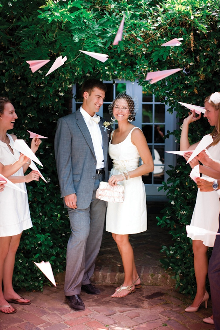Papieren vliegtuigjes als alternatief voor rijst gooien op de bruiloft