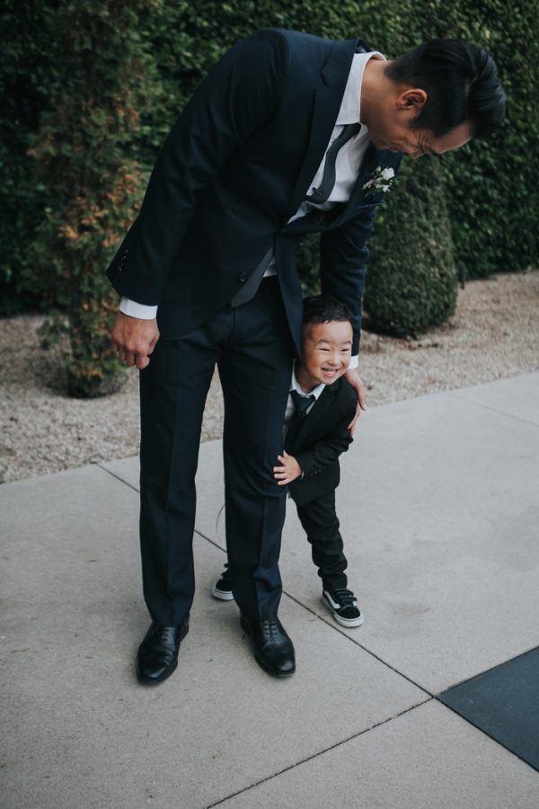 Bruidegom en zoontje op bruiloft