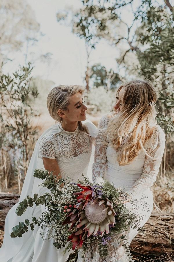 Twee bruiden met bruidsboeket