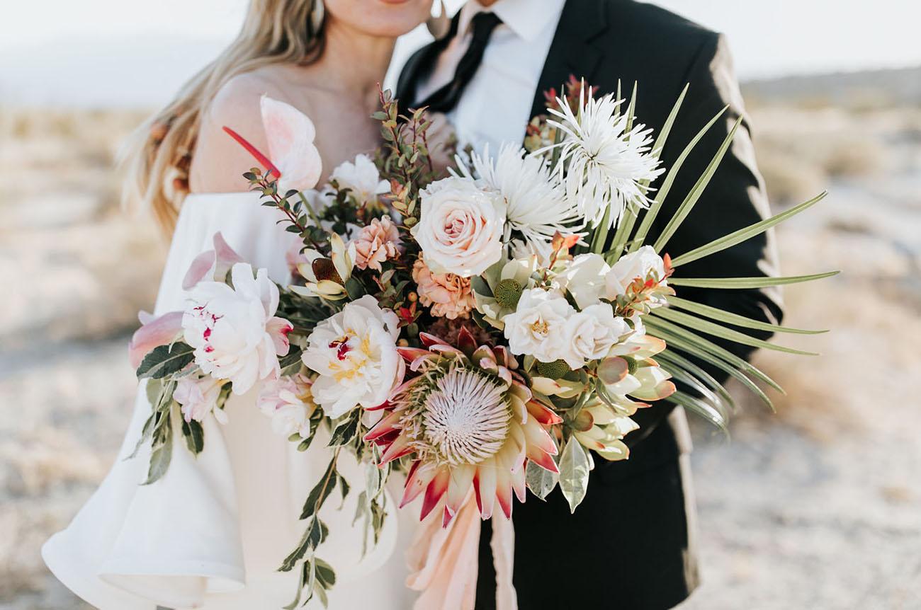 Protea in een tropisch bruidsboeket