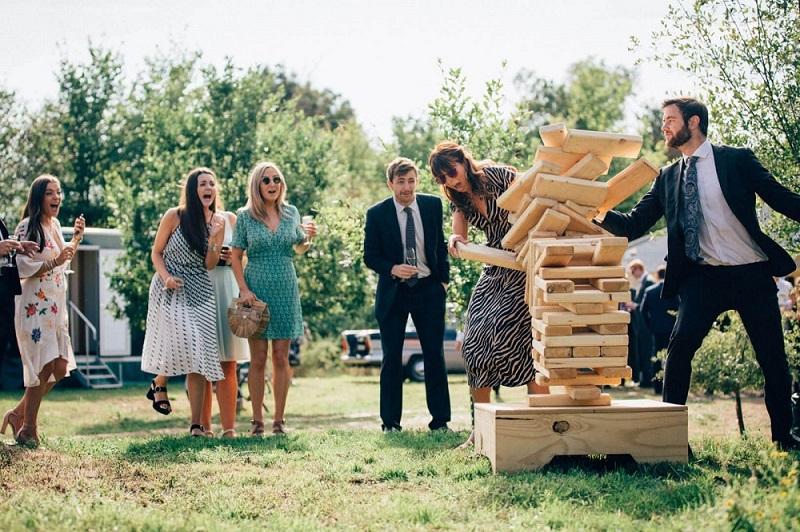 Gasten spelen spelletjes op bruiloft