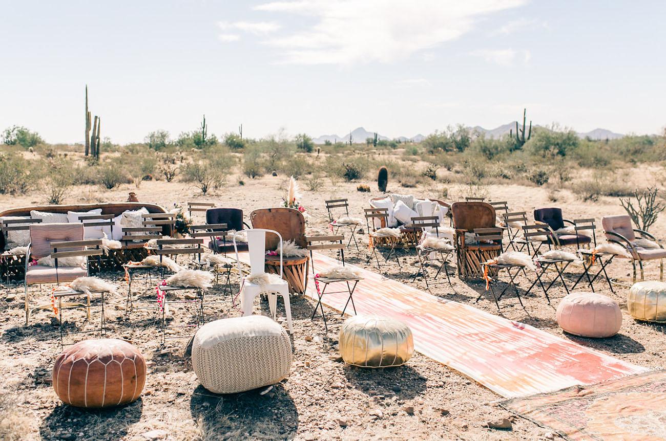 Een combinatie van stoelen en poefs op de bruiloftceremonie