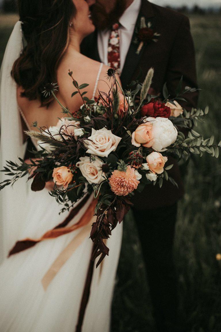 Bruidspaar met bruidsboeket in hun handen