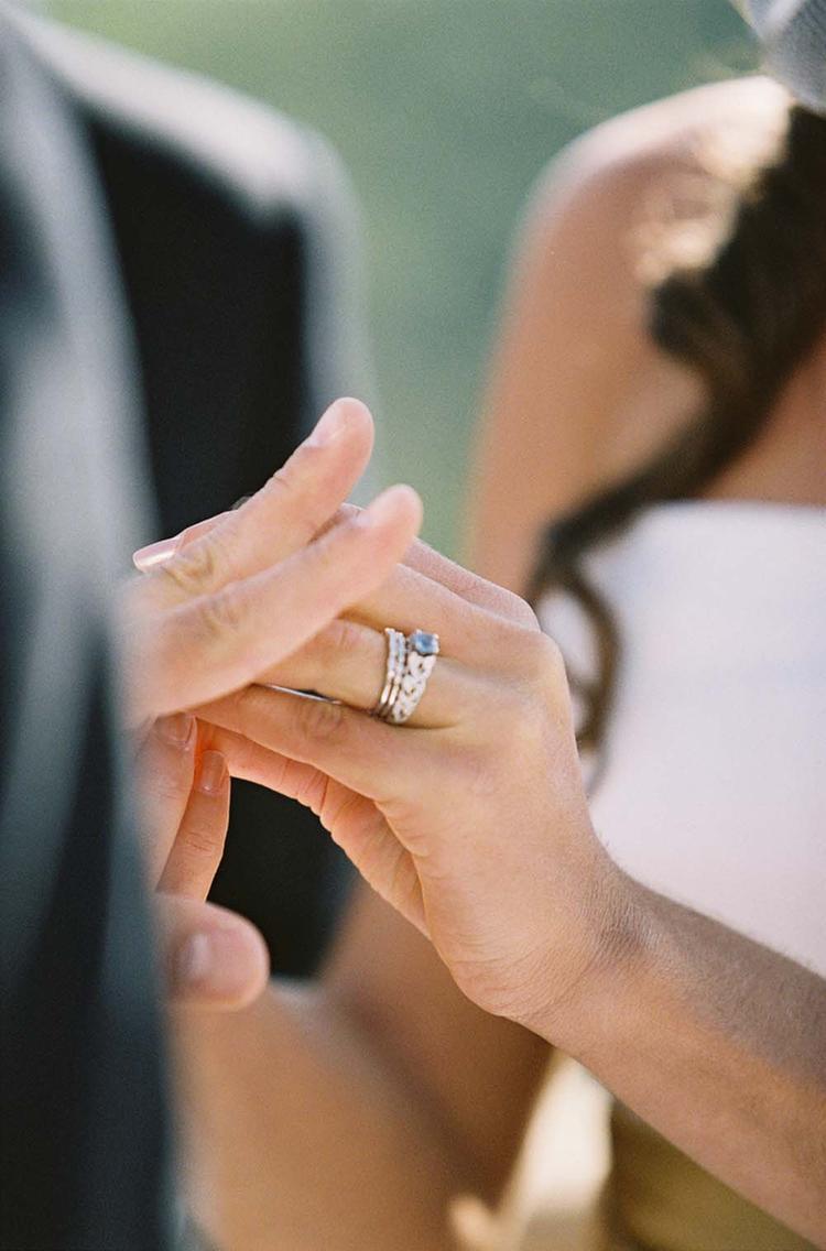 Omdoen van de trouwring
