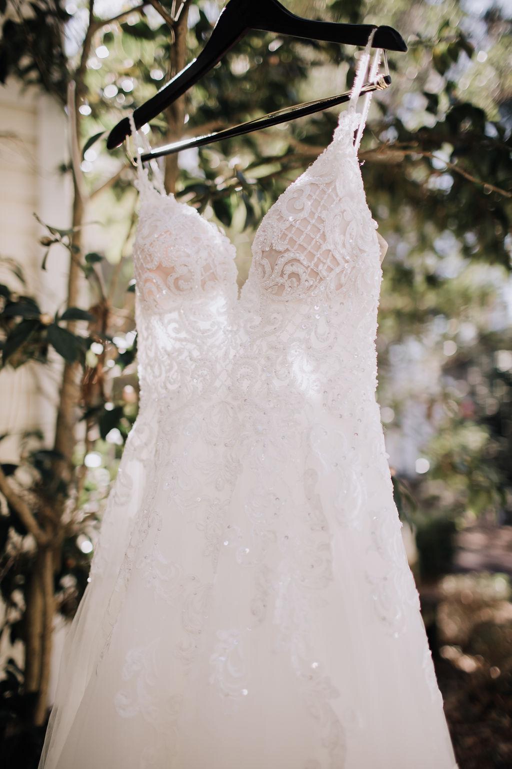 Foto van de bruidsjurk aan kledinghanger