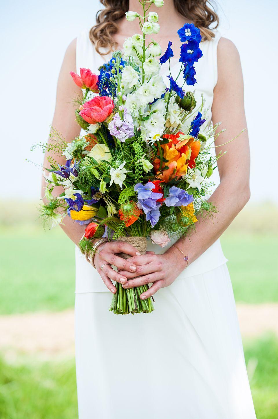 Hoog bruidsboeket met verschillende soorten bloemen