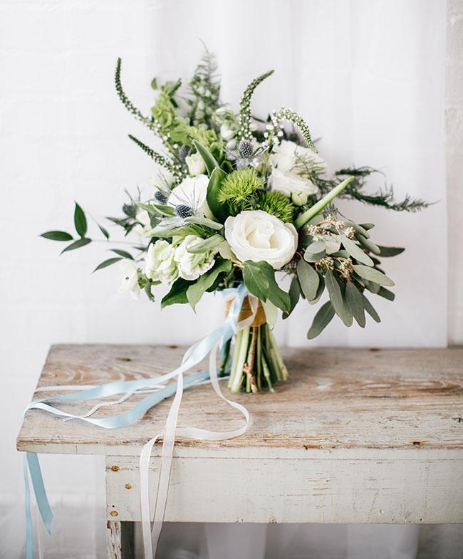 Groen bruidsboeket met witte bloemen