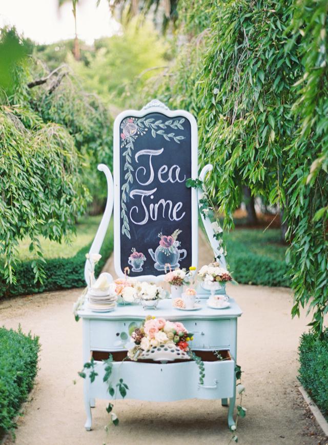 Vintage high tea op een bruiloft