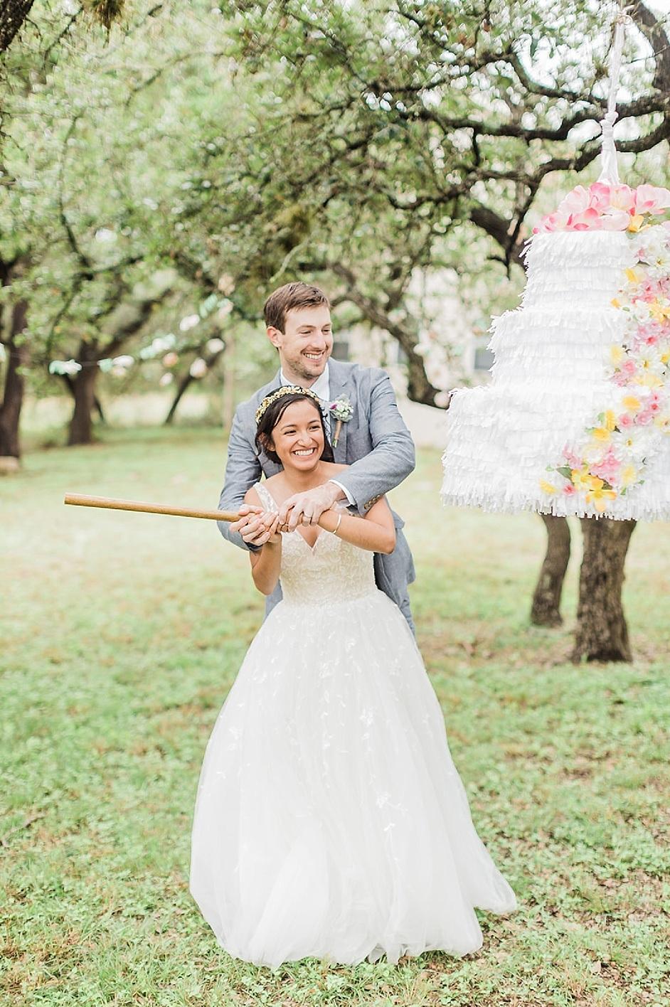 Bruidspaar met een piñata op hun bruiloft