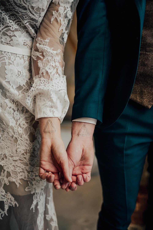 Bruidspaar met tattoo in plaats van trouwring