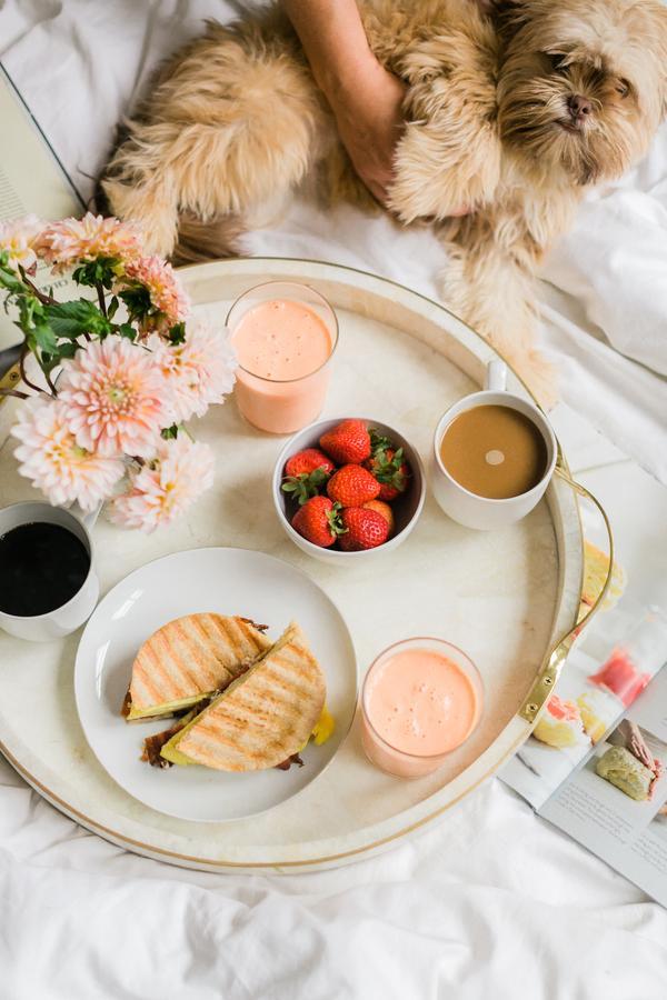 Ontbijt op bed na de huwelijksnacht