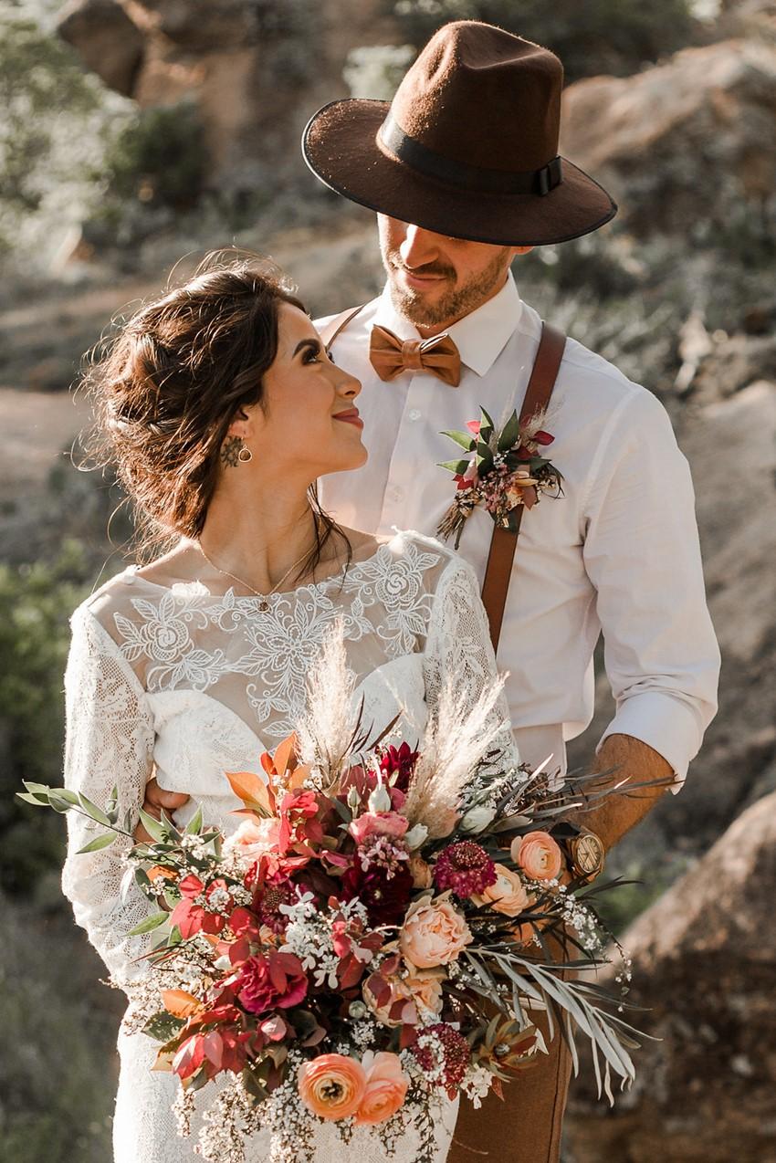 Herfstbruiloft bruidspaar met bruidsboeket