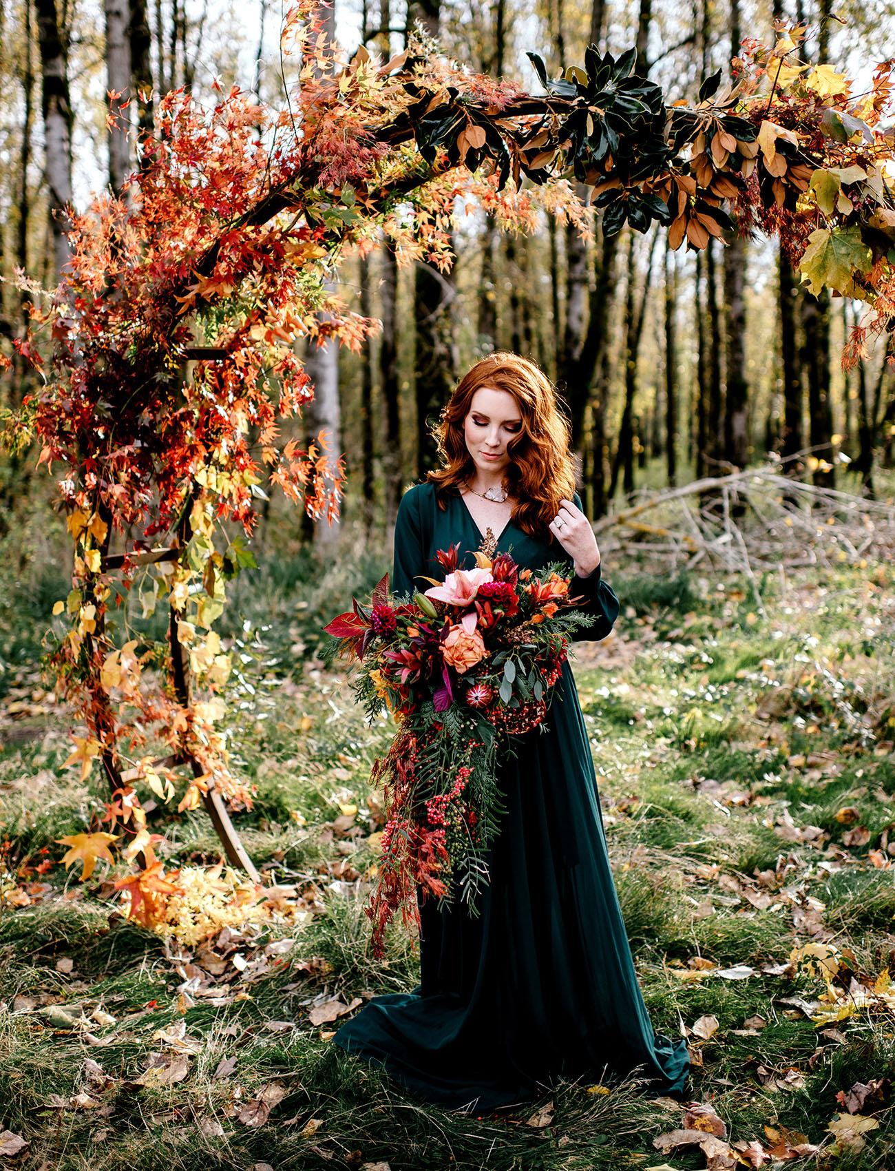 Herfstbruiloft bruid met bruidsboeket
