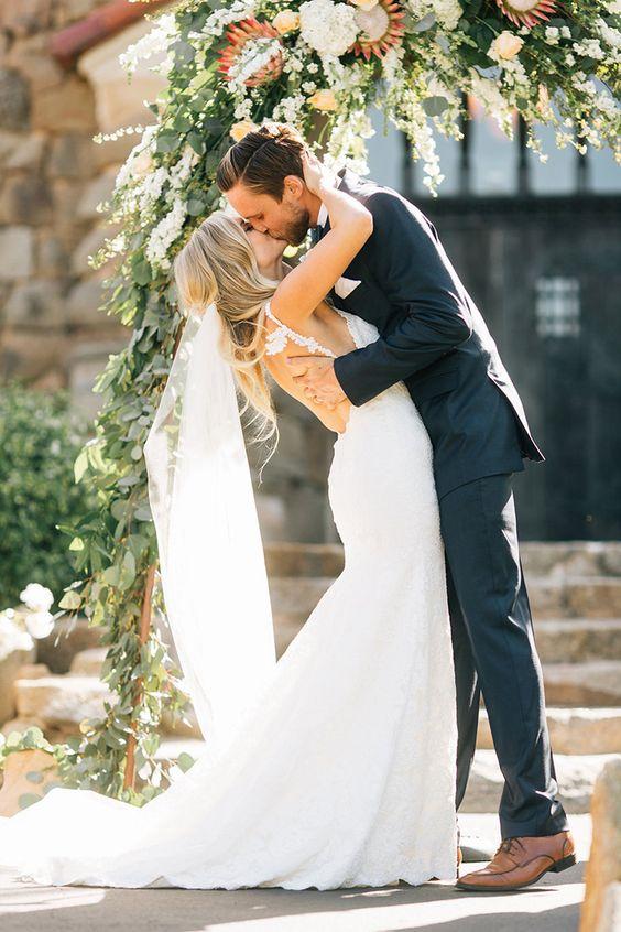 Kus bruidspaar met gebogen rug
