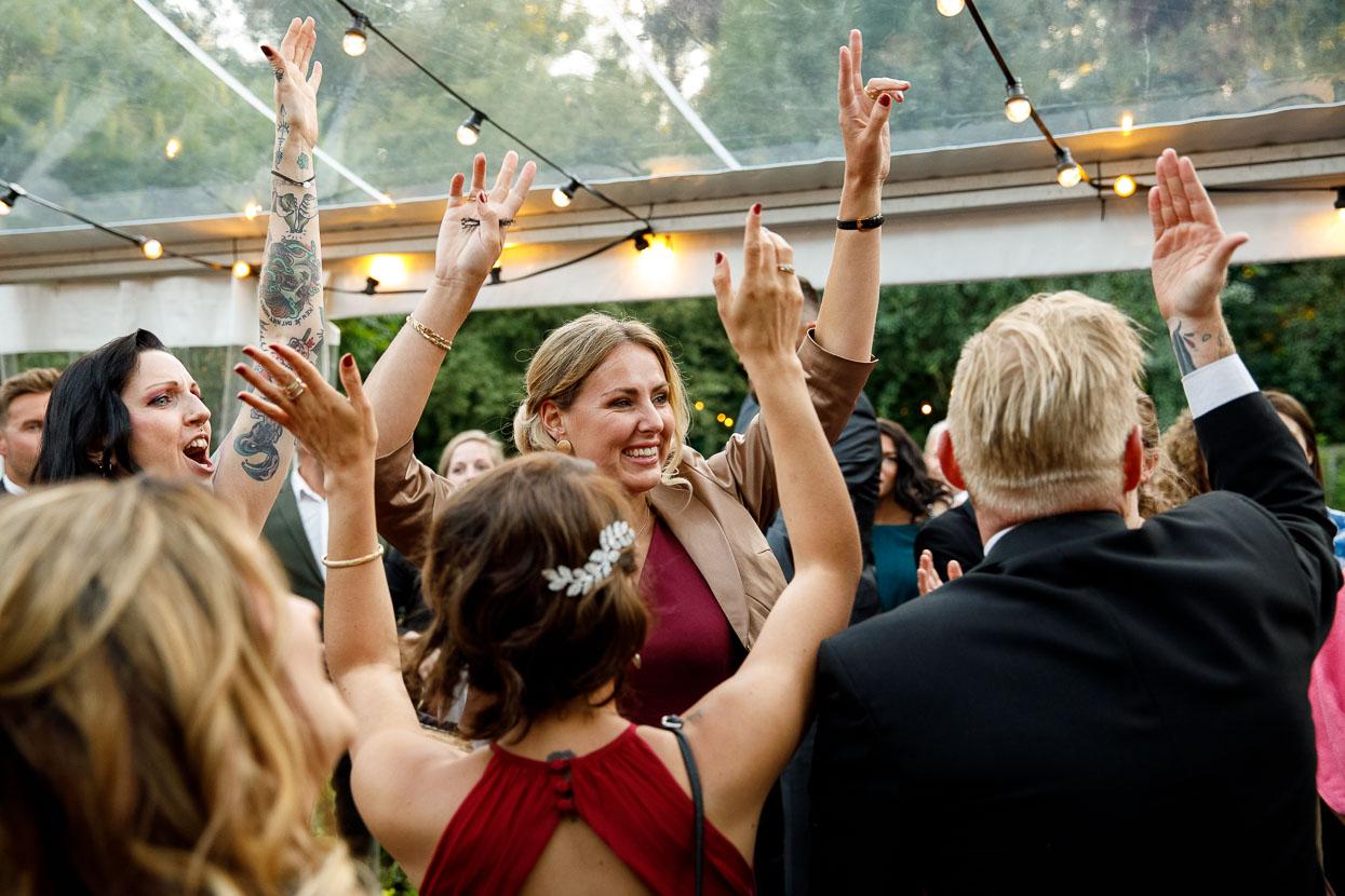 Gasten op trouwfeest