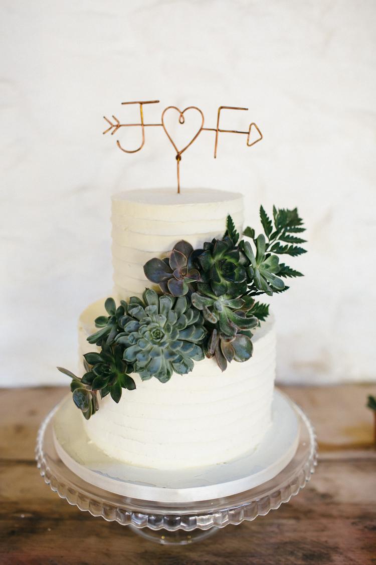 Witte bruidstaart met gouden taarttopper