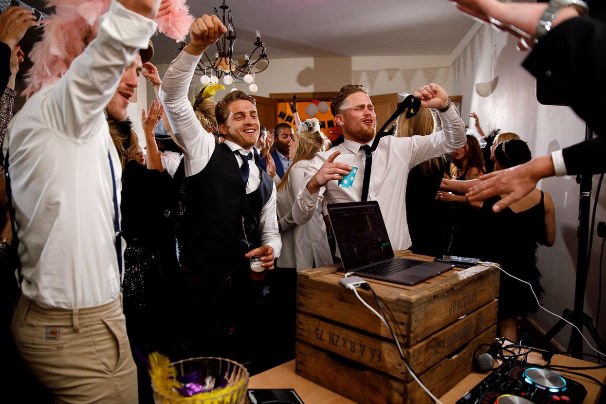 Gasten dansen op muziek bruiloft