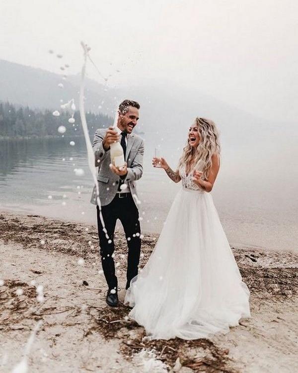 Trouwreportage van bruid en bruidegom met champagne