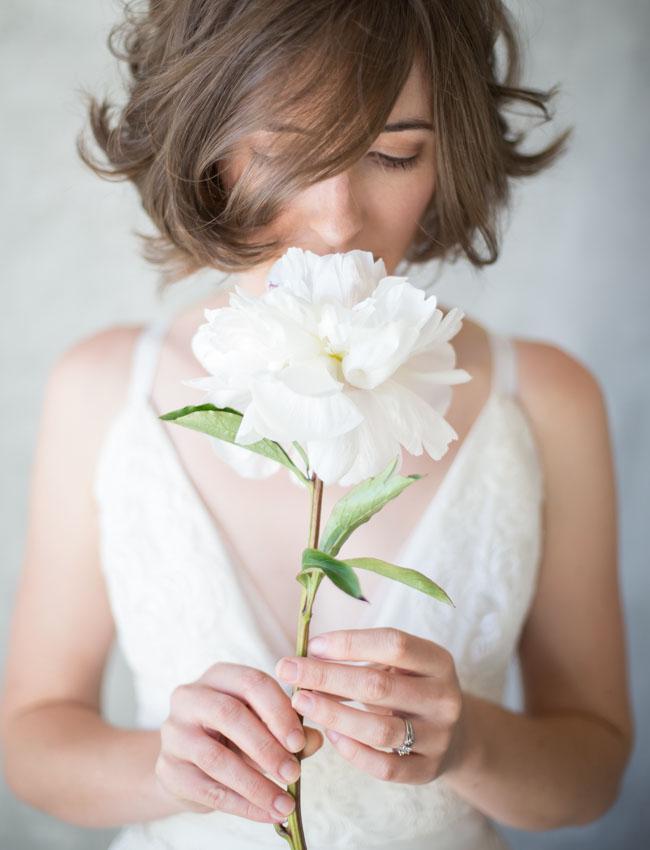 Bruid met één bloem